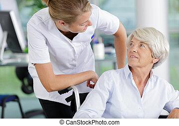 hôpital, femme, handicapé, docteur, patient, personne agee