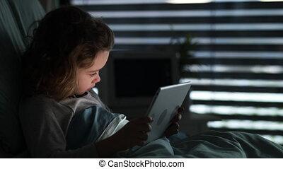 hôpital, lit, tablette, petit, passe, percé, utilisation, time., girl