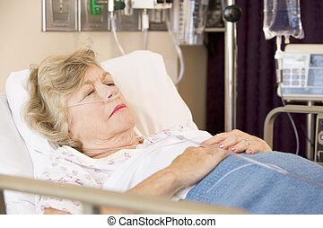 hôpital, personne âgée femme, lit, dormir