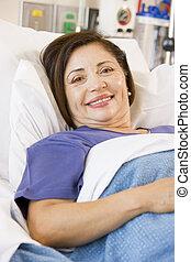 hôpital, personne âgée femme, lit, sourire