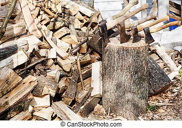 hög, av, firewoods, och, flera, yxor, in, trä kvarter