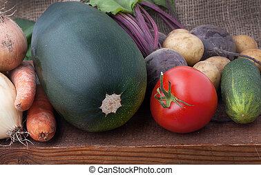 hög, av, frisk, mogen, färgrik, vegetables:, zucchini, betan, onions, gurkor, röd, mogna tomater, moroten, och, potatisarna, på, gammal, trä planka, med, säckväv, bakgrund., mörk, rustik, picture.