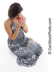 hög ståndpunkt se, av, ung kvinna, supande kaffe