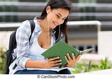 högskola studerande, läsning en boka