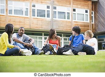 högskola studerande, sittande, och, talande, på, campus,...