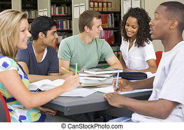 högskola studerande, studera, tillsammans, in, a, bibliotek