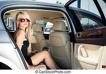 hölgy, alatt, egy, luxury autó