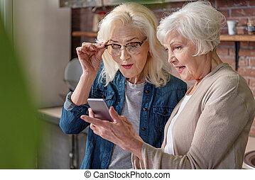 hölgyek, szerkentyű, modern, jókedvű, használ, idősebb ember