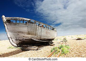 hölzern, angelboot, links, zu, fäule, und, verfall, auf, der, aushängeschild strand, an, dungeness, england, uk.