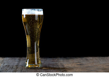 hölzern, glas, bier, schwarzer hintergrund, tisch