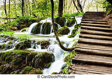 hölzern, spur, bei, a, wald, wasserfall, in, plitvice, seen, nationalpark, kroatien