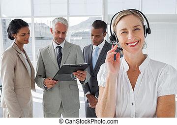 hörlurar med mikrofon, leende stå, kvinna