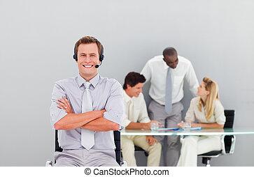 hörlurar med mikrofon, stilig, ung, affärsman