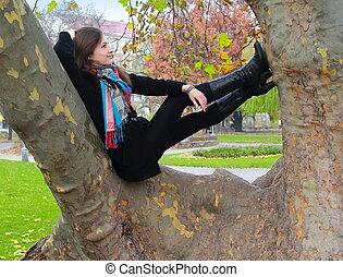 höst, kvinna avkopplande, tänkande, träd, uppe, se, färg, le