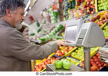 hübsch, älterer mann, shoppen, für, frische frucht, in, a,...