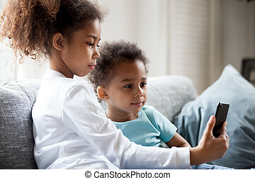 hübsch, afrikanische amerikanische kinder, gleichfalls, gebrauchend, smartphone