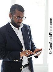 hübsch, afrikanischer amerikanischer mann, mit, tablette, edv