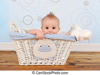 hübsch, baby- junge, guckend, von, weidenkorb