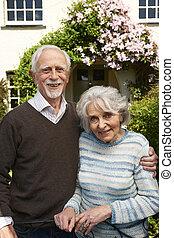 hübsch, draußen, paar, pensioniert, stehende , daheim