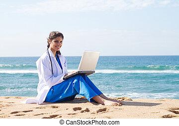 hübsch, indische , medizinalassistent, laptop benutzend