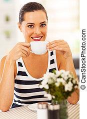 hübsch, junge frau, kaffeetrinken