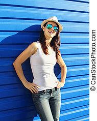 hübsch, junge frau, tragen, a, strohhut, und, sonnenbrille