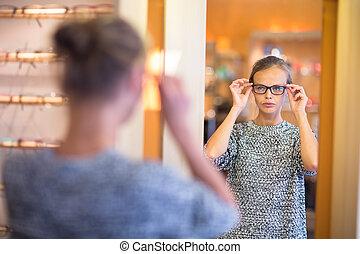 hübsch, junge frau, wählen neuen gläsern, rahmen, in, ein, optiker, kaufmannsladen