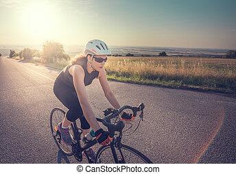 hübsch, junger, anfall, frau, fahrenden fahrrad, an, sonnenuntergang