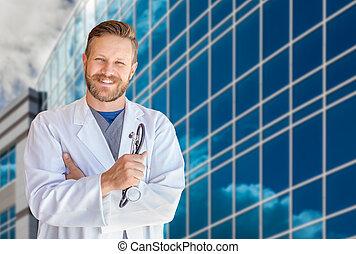 hübsch, junger erwachsener, männlicher doktor, mit, bart, vor, klinikum, gebäude