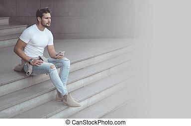 hübsch, junger mann, gebrauchend, a, smartphone, -, stadtzentrum