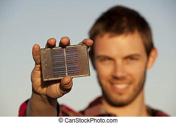 hübsch, junger mann, mit, klein, solarmodul