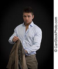 hübsch, junger mann, porträt, stehende , auf, dunkler hintergrund