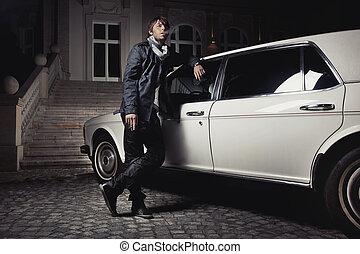 hübsch, junger mann, stehende , neben, a, limousine