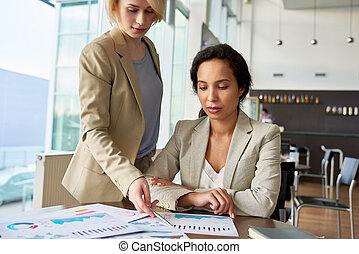 hübsch, kollegen, analysieren, arbeit, ergebnisse