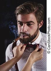 hübsch, mann, mit, kubanische, zigarre, schäkerei