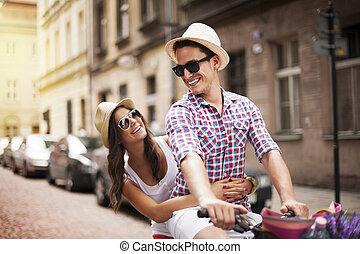 hübsch, mann, nehmen, seine, freundin, auf, fahrradhalter
