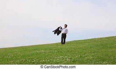 hübsch, mann, ohne, schuhe, gehen, auf, grünes gras, kamera