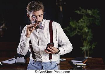 hübsch, mann- rauchen, kubanische, zigarre, und, lesende , textmitteilung