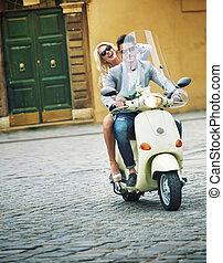 hübsch, mann, reiten scooter, mit, seine, freundin