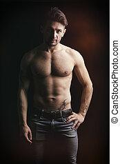 hübsch, shirtless, muskulös, mann, auf, dunkler hintergrund