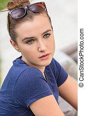 hübsch, teenagermädchen, mit, blaue augen, tragende sunglasses
