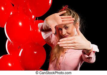 hübsche frau, in, bluse, mit, rotes , luftballone