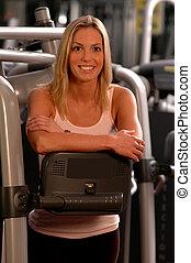 hübsche frau, in, fitnessstudio