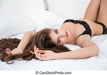 sexy Mädchen auf dem Bett