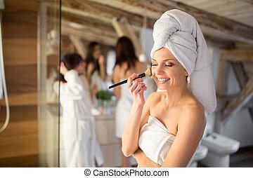 hübsche frau, mit, handtuch kopf, gebrauchend, gesichtsbehandlung, bürste