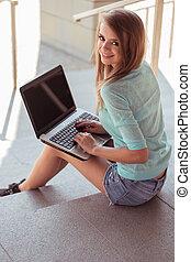hübsche frau, mit, laptop, sitzt, treppe