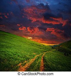 hügel, und, straße, zu, rotes , wolkenhimmel
