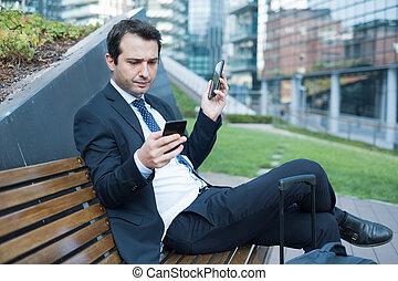 ha lavorato troppo, direttore, usando, due, cellphones