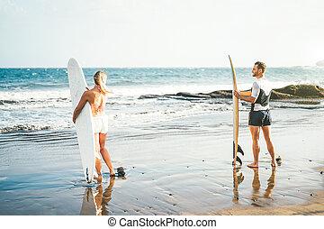 ha, par, dag, prålig, hög, nöje, begrepp, förhållande, livsstil, sports, stående, vågor, -, surfarear, youth, strand, under, folk, ung, ytterlighet, förberedande, surfa, bränning, surfbräda