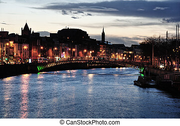Ha´penny bridge and river Liffey at night (blue hour) in Dublin